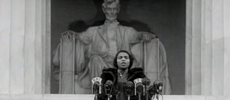 """Marian Anderson sings """"America"""" in front of the Lincoln Memorial"""